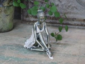 Chic Antique, Ballerina siddende
