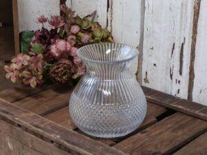 Vase m. riller og diamantudskæring