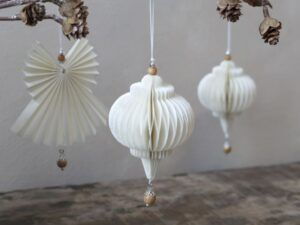 Ornament i papir med træperle